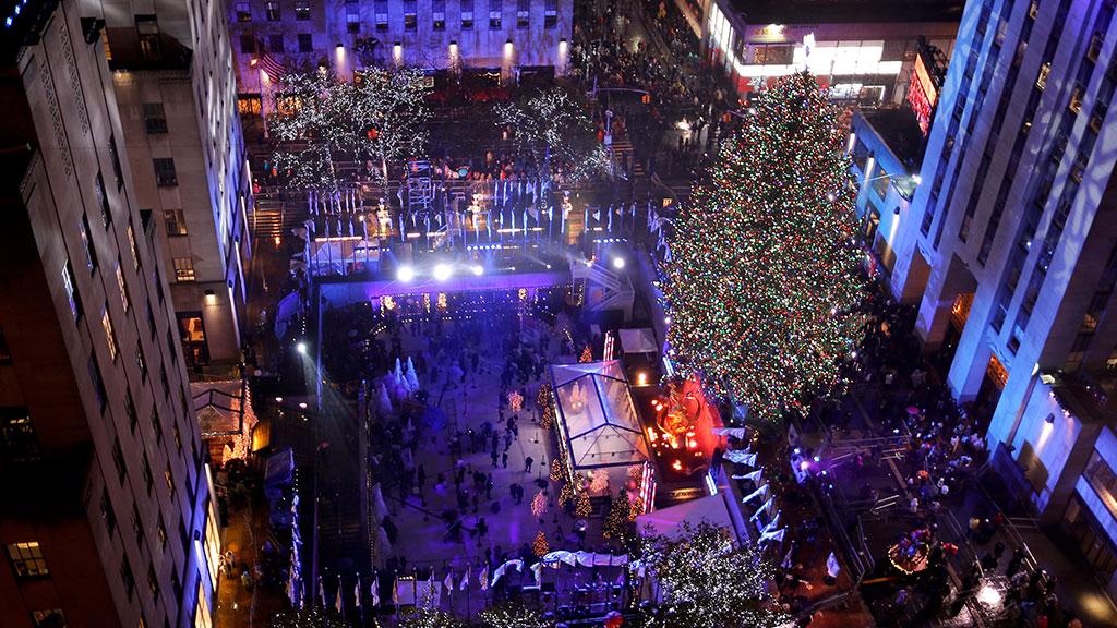 ВНью-Йорке наплощади Рокфеллер зажгли огни на основной городской елке