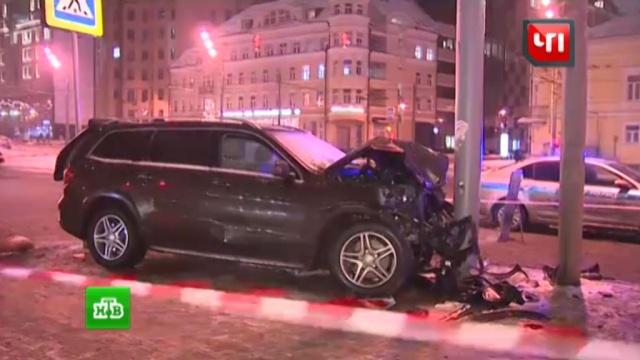 Mercedes сбил двух пешеходов на тротуаре вцентре Москвы.ДТП, Москва, пешеходы.НТВ.Ru: новости, видео, программы телеканала НТВ