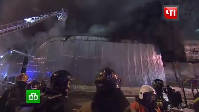 На юго-востоке Москвы спасают людей из горящего здания.МЧС, Москва, заводы и фабрики, пожары.НТВ.Ru: новости, видео, программы телеканала НТВ