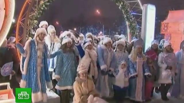 Десятки Снегурочек приняли участие в параде в центре Москвы.Дед Мороз, Москва, Новый год.НТВ.Ru: новости, видео, программы телеканала НТВ