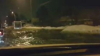 Авария водопровода вЯрославле превратила проспект вбурлящую реку