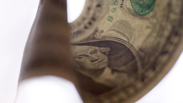 Доллар упал ниже 59рублей впервые сконца июля 2015года.валюта, доллар, евро, рубль, экономика и бизнес.НТВ.Ru: новости, видео, программы телеканала НТВ