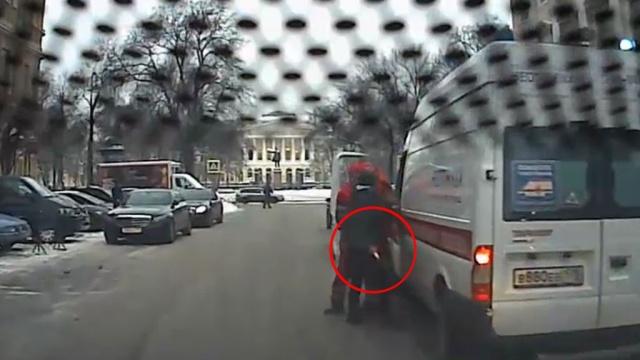 В центре Петербурга водитель Mercedes напал с ножом на врачей скорой.ДТП, медицина, полиция, Санкт-Петербург.НТВ.Ru: новости, видео, программы телеканала НТВ