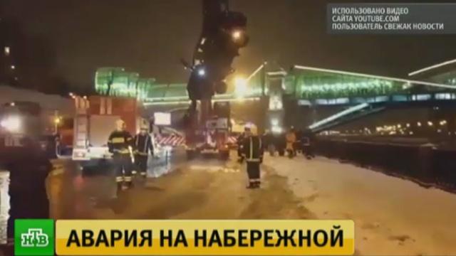 Тонущую вМосква-реке девушку спас инспектор ДПС, прыгнув вводу.ДТП, МЧС, Москва, автомобили, реки и озера.НТВ.Ru: новости, видео, программы телеканала НТВ