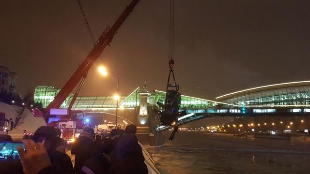 Из упавшего вМосква-реку автомобиля вытащили девушку.автомобили, ДТП, Москва, МЧС, реки и озера.НТВ.Ru: новости, видео, программы телеканала НТВ