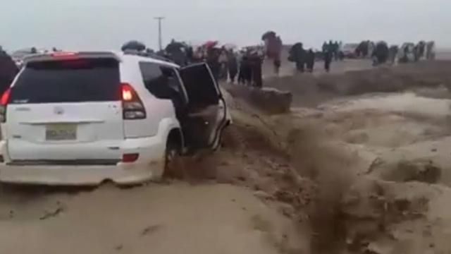 ВПакистане после дождей машину слюдьми затянуло вворонку.автомобили, наводнения, Пакистан, погода.НТВ.Ru: новости, видео, программы телеканала НТВ