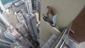 Руфер прокатился без страховки по перилам небоскреба в Гонконге