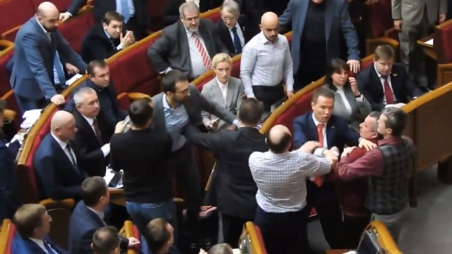В драке в Верховной раде один депутат оторвал другому рукав пиджака.Украина, депутаты, драки и избиения, парламенты.НТВ.Ru: новости, видео, программы телеканала НТВ