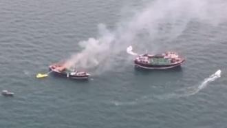 Четырнадцать моряков спасли с горящей лодки в заливе Дубай-Крик