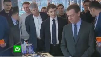 Медведеву в«Сколково» показали <nobr>робота-погрузчика</nobr> иаппарат по разбору телефонов