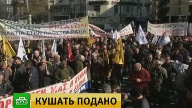 ВАфинах фермеры подогнали кпарламенту грузовики скапустой иустроили протесты.Афины, Греция, митинги и протесты, сельское хозяйство.НТВ.Ru: новости, видео, программы телеканала НТВ