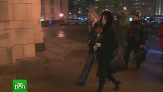 Москвичи несут цветы кзданию МИД РФ впамять оВиталии Чуркине
