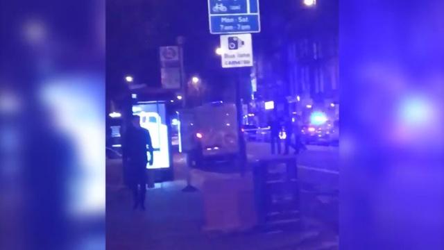 Автомобиль наехал на пешеходов вцентре Лондона, четверо ранены.Великобритания, Лондон, полиция, терроризм.НТВ.Ru: новости, видео, программы телеканала НТВ