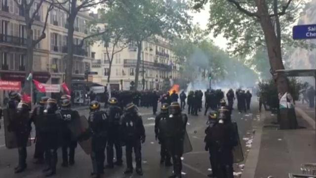 На первомайской демонстрации в Париже применили слезоточивый газ.Париж, Франция, беспорядки, митинги и протесты, полиция.НТВ.Ru: новости, видео, программы телеканала НТВ