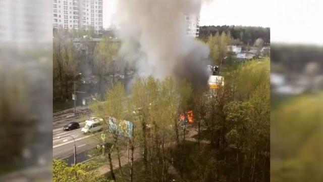 Троллейбус спассажирами загорелся на юго-западе Москвы.МЧС, Москва, пожары, троллейбусы.НТВ.Ru: новости, видео, программы телеканала НТВ