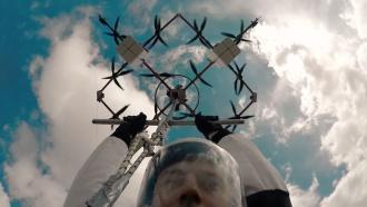 Латвийский парашютист первым в мире совершил прыжок с дрона