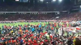 Тысячи фанатов выбежали на поле после матча «Спартак»— «Терек»