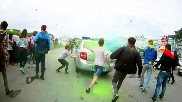 Толпа подростков атаковала полицейских на фестивале красок вЧелябинске.беспорядки, дети и подростки, нападения, полиция, Челябинск.НТВ.Ru: новости, видео, программы телеканала НТВ