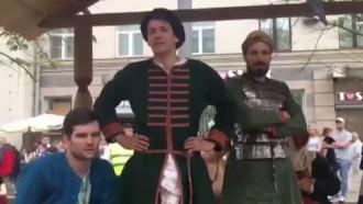 «Клоунада полнейшая»: участники исторической реконструкции на Тверской высмеяли акцию оппозиции