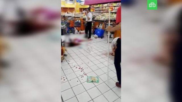 Мужчина сножом напал на посетителей магазина вКитае: есть жертвы.Китай, нападения, убийства и покушения.НТВ.Ru: новости, видео, программы телеканала НТВ