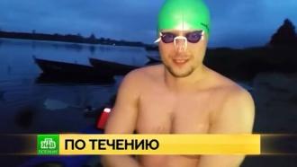 Петербуржец плывет вдоль Невы ради рекорда