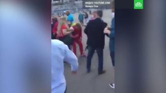 «Тебе не стыдно, Саша?»: фанаты напали на <nobr>экс-игрока</nobr> «Зенита» <nobr>из-за</nobr> шарфа «Спартака»