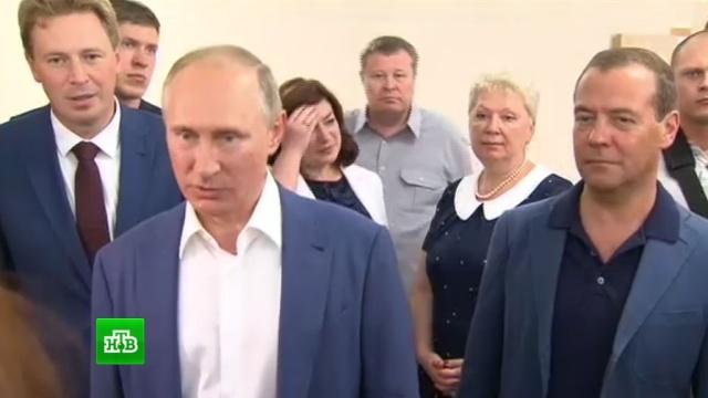 Путин привез в Севастополь папку с жалобами местных жителей.Медведев, образование, прямая линия, Путин, Севастополь.НТВ.Ru: новости, видео, программы телеканала НТВ