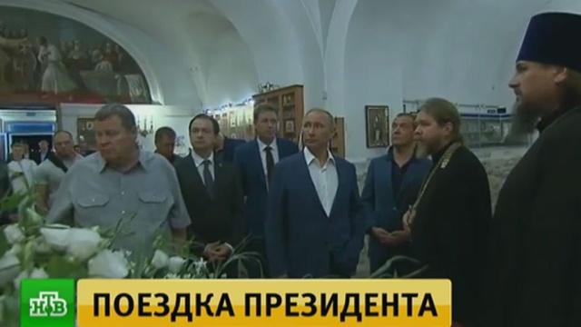ВХерсонесе Путин иМедведев сходили вхрам ипоставили киконам свечки.Медведев, Путин, Севастополь, образование, прямая линия.НТВ.Ru: новости, видео, программы телеканала НТВ