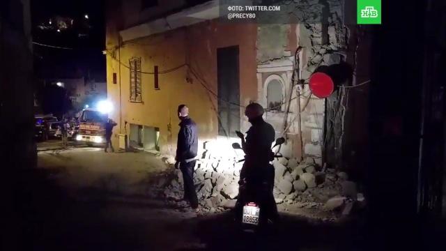 На Искье после землетрясения под завалами ищут людей.Италия, землетрясения.НТВ.Ru: новости, видео, программы телеканала НТВ