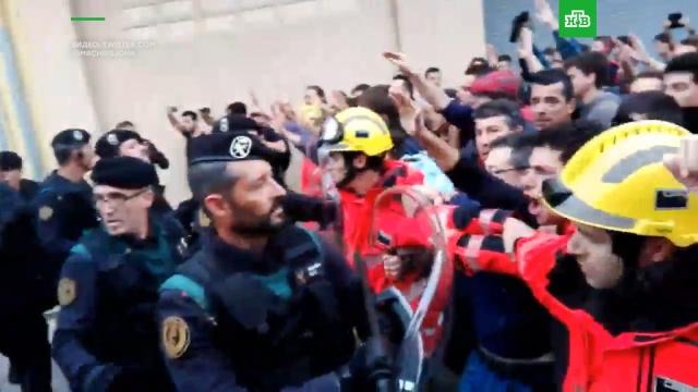 Пожарные против полиции Испании.Каталония, Испания, беспорядки, выборы, референдумы.НТВ.Ru: новости, видео, программы телеканала НТВ
