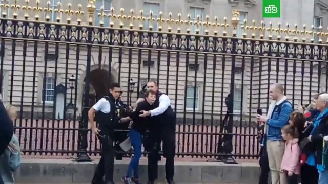 В Лондоне задержали женщину, пытавшуюся перелезть через ограду Букингемского дворца.Великобритания, Лондон.НТВ.Ru: новости, видео, программы телеканала НТВ