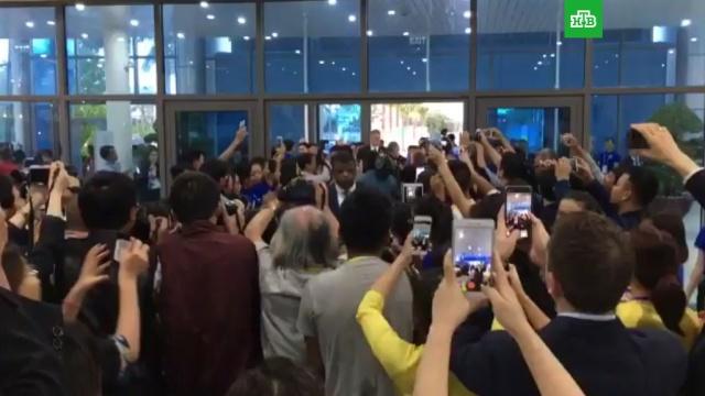 Толпа возбужденных поклонниц атаковала канадского премьер-министра вДананге.АТЭС, Вьетнам, Канада.НТВ.Ru: новости, видео, программы телеканала НТВ