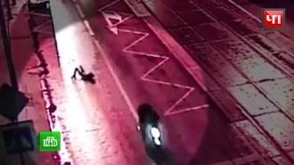 Мотограбители в Москве 20 метров тащили женщину по асфальту