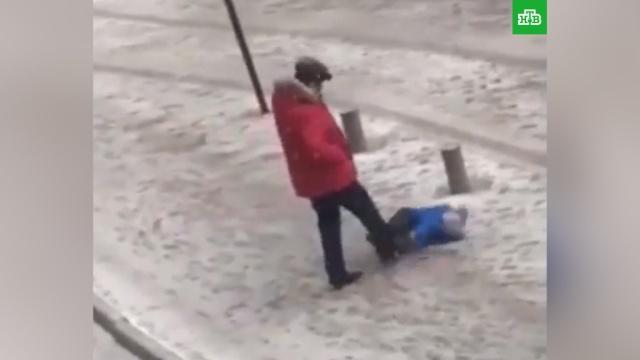 Мужчина пнул вживот упавшего маленького сына.Бишкек, дети и подростки, драки и избиения, жестокость, задержание, Киргизия, насилие над детьми.НТВ.Ru: новости, видео, программы телеканала НТВ