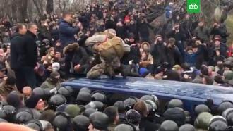 Толпа освободила Саакашвили из автобуса силовиков