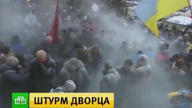 Сторонники Саакашвили при штурме Октябрьского дворца устроили газовую атаку.Киев, Саакашвили, Украина, беспорядки, митинги и протесты, полиция.НТВ.Ru: новости, видео, программы телеканала НТВ