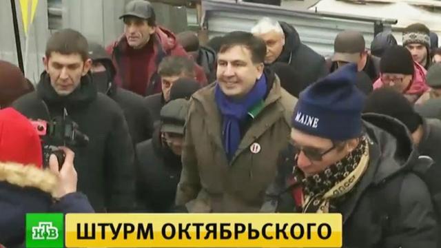 Беспорядки вКиеве: соратники Саакашвили засунули полицейскому вкапюшон взрывпакет.Киев, Саакашвили, Украина, беспорядки, митинги и протесты, полиция.НТВ.Ru: новости, видео, программы телеканала НТВ