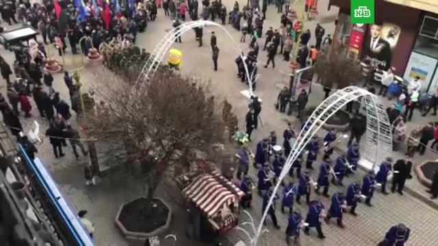Почитатели Бандеры устроили факельный марш вцентре Киева.Украина, митинги и протесты, национальная рознь.НТВ.Ru: новости, видео, программы телеканала НТВ