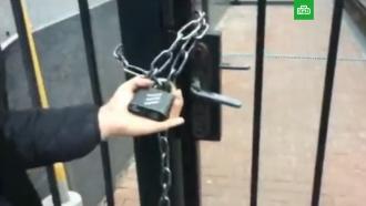 Радикалы повесили цепи на Российский центр науки икультуры вКиеве