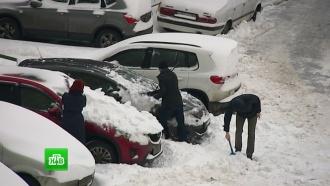 Всемирный день снега москвичи встретили всугробах
