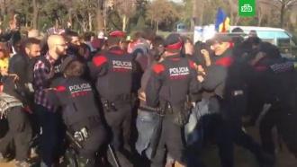 Сотни митингующих в Каталонии прорвали оцепление и подошли к парламенту