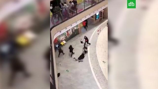 Мужчина сножом набросился на посетителей ТЦ вПекине.Китай, Пекин, нападения.НТВ.Ru: новости, видео, программы телеканала НТВ