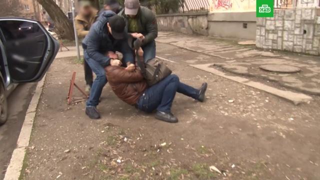ФСБ опубликовала видео задержания украинского шпиона вСимферополе.Симферополь, Украина, ФСБ, задержание, шпионаж.НТВ.Ru: новости, видео, программы телеканала НТВ