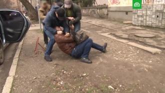 ФСБ опубликовала видео задержания украинского шпиона вСимферополе