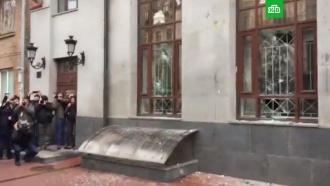 Радикалы забросали камнями ияйцами здание Россотрудничества вКиеве