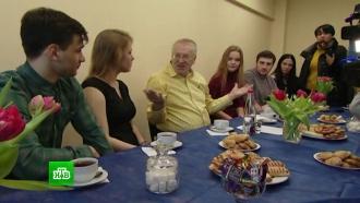 Жириновский спел со студентами, а Грудинин посетил свинокомплекс