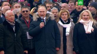 Путин спел гимн России со сборной по хоккею на митинге вЛужниках