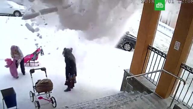 СК завел дело после схода лавины с крыши на мать с ребенком под Мурманском.ЖКХ, Мурманская область, снег.НТВ.Ru: новости, видео, программы телеканала НТВ