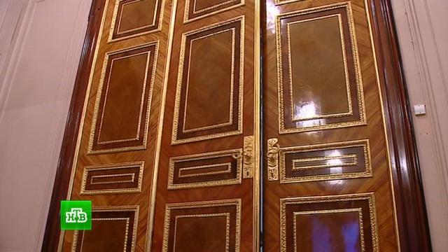 Позолоченным дверям Эрмитажа вернули первоначальный облик.Санкт-Петербург, Эрмитаж, выставки и музеи, реконструкция и реставрация.НТВ.Ru: новости, видео, программы телеканала НТВ