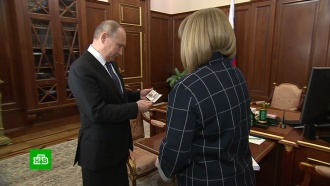 Глава ЦИК вручила Путину удостоверение избранного президента